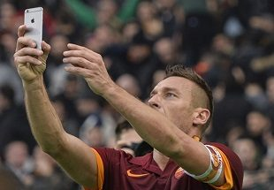 Dal cucchiaio olandese al pallonetto di San Siro: ecco i 10 gol più belli e importanti di Francesco Totti